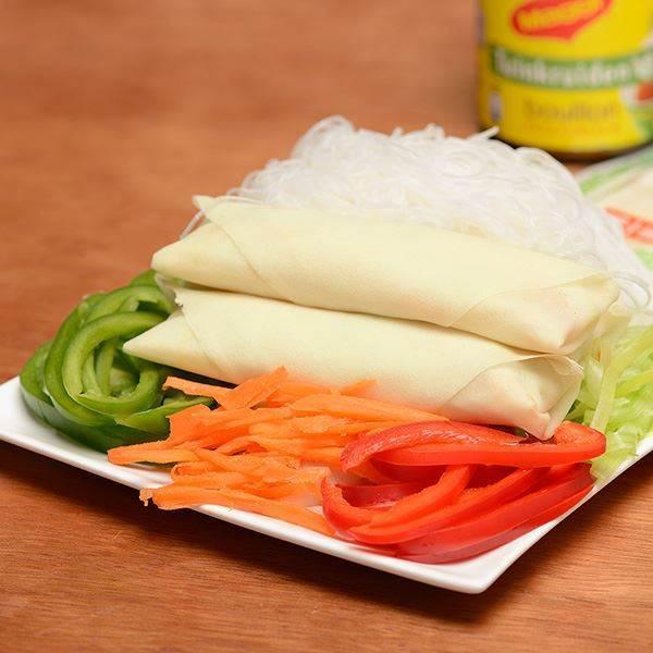 Knapperige Vietnamese loempia's met een geurige vulling kun op elke markt kopen, maar ook makkelijk thuis zelf maken met dit eenvoudige recept!